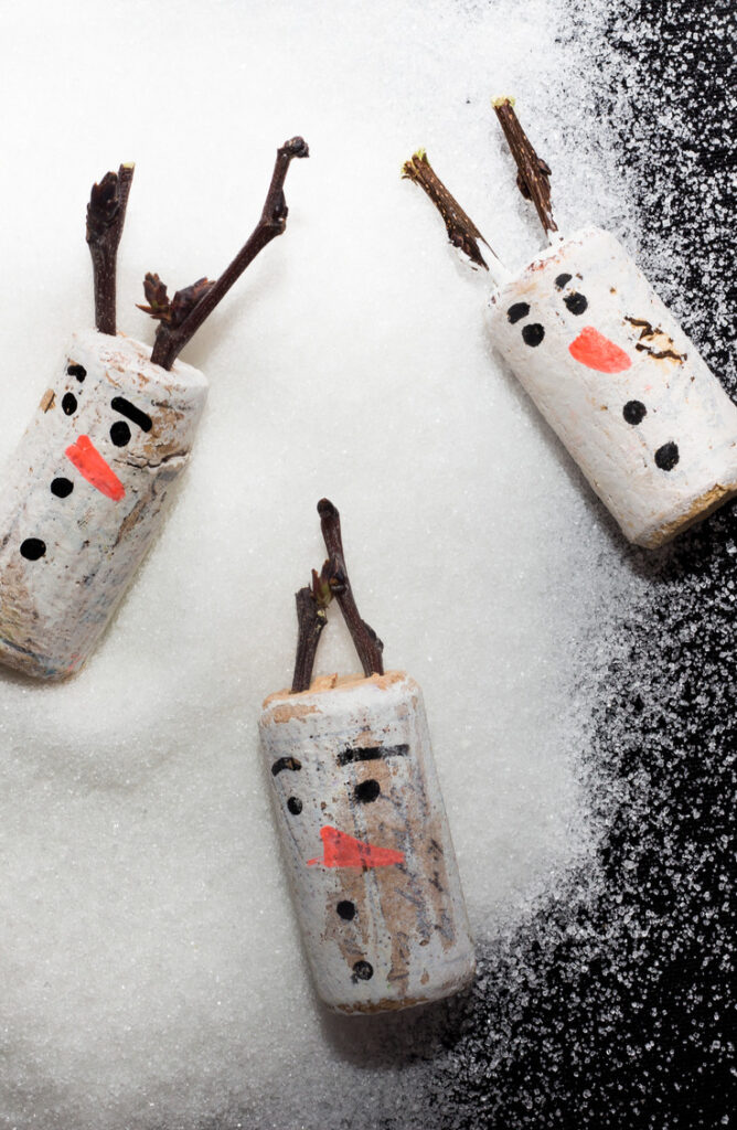 Aren't these snowman ornaments so cute? Best part is, they're easy to make! From wreaths to ornaments to magnets, wine corks make great material for Christmas Crafts! Check out this list list of wine cork Christmas crafts!